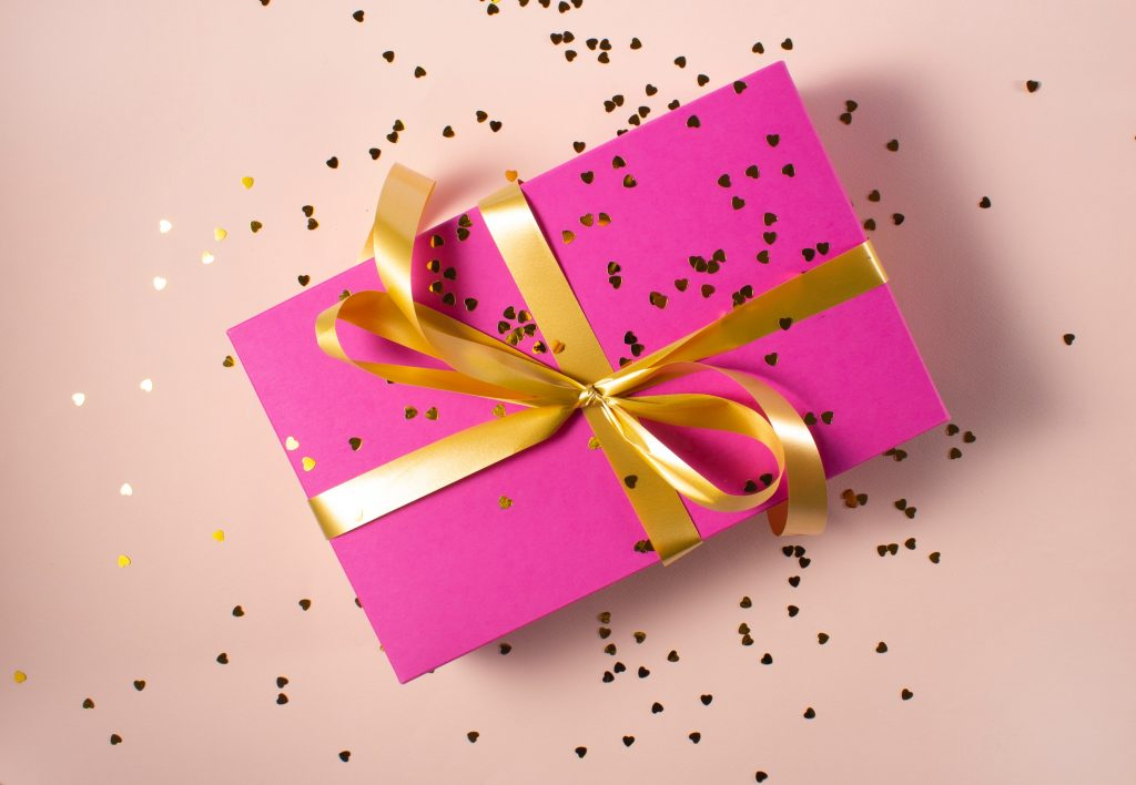 make money with gift guides, how to make money creating gift guides, how to make extra money for the holidays, passive income ideas, how to make extra cash for the holidays